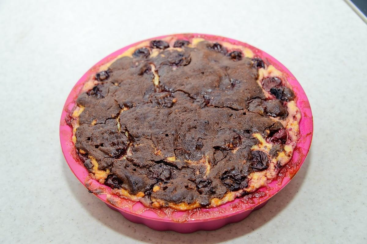 Шоколадный торт брауни с вишней и творогом - приготовление, шаг 7