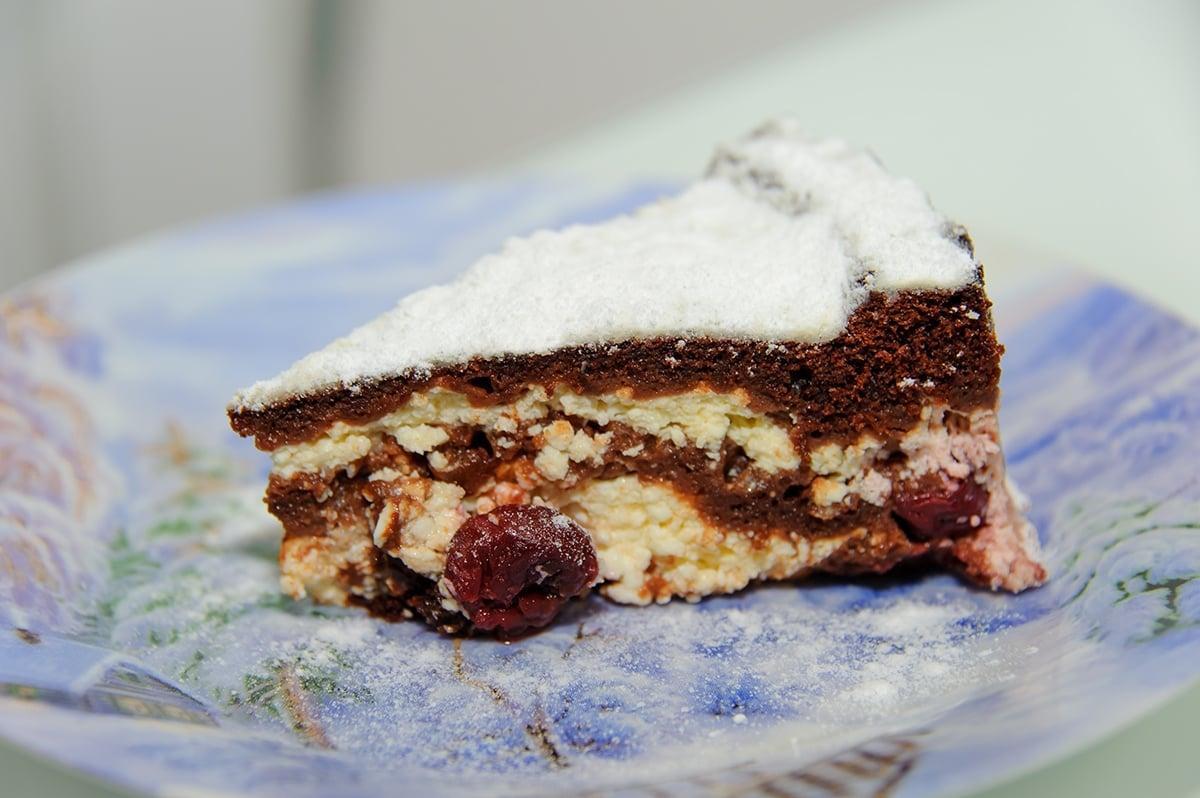 Шоколадный торт брауни с вишней и творогом - приготовление, шаг 8