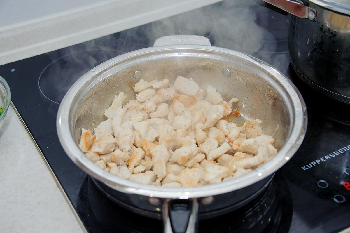 Паста с куриным филе и овощами в сливочном соусе - приготовление, шаг 3