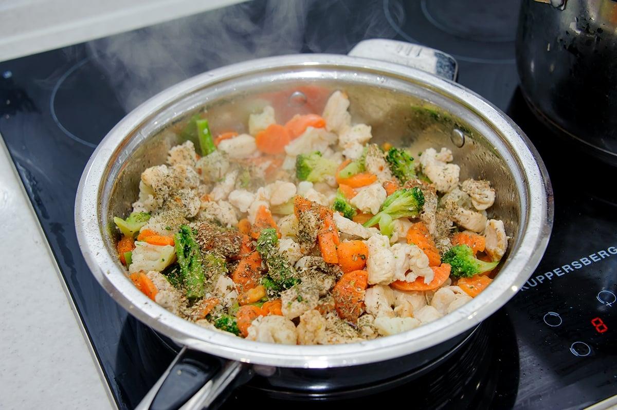 Паста с куриным филе и овощами в сливочном соусе - приготовление, шаг 4