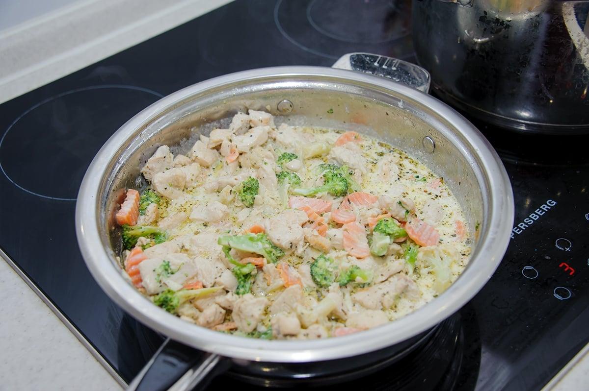 Паста с куриным филе и овощами в сливочном соусе - приготовление, шаг 5
