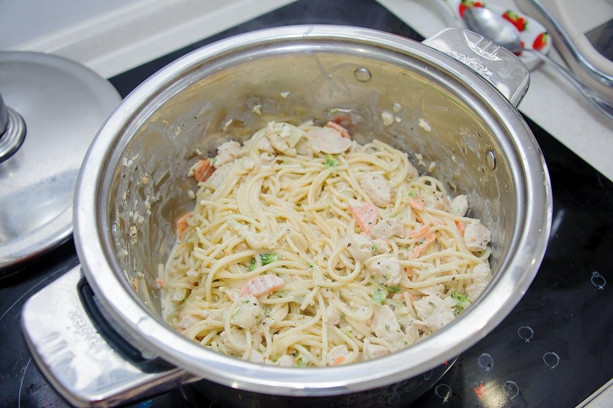 Паста с куриным филе и овощами в сливочном соусе - приготовление, шаг 7