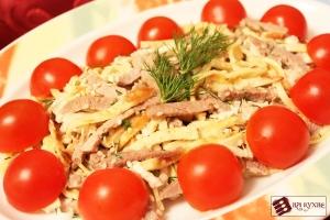 Салат с говядиной,омлетом и помидорами