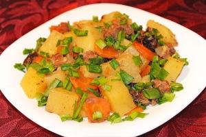 Картофель с говядиной и черносливом, тушеные в горшочке