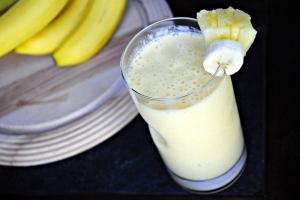 Молочный коктейль с ананасом и манго