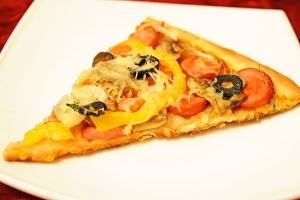 Пицца на готовой основе с сосисками и овощами