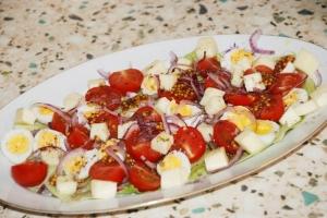 Салат с моцареллой, перепелиными яйцами и помидорами