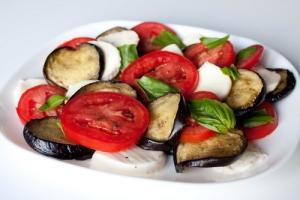 Салат с моцареллой, баклажанами и помидорами