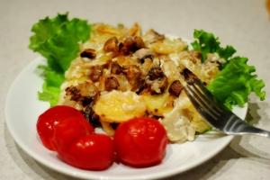 Запеченный картофель с грибами в сметане