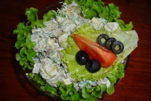 Салат с печенью, корнишонами и сыром.