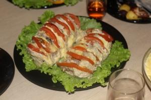 Свинина, запеченная с сыром и помидорами
