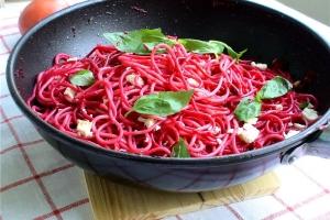 Спагетти со свеклой, базиликом и брынзой