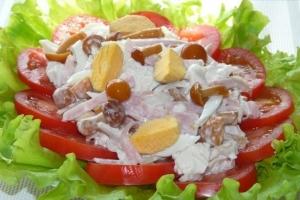 Салат с грибами, ветчиной и куриным филе