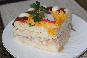 Рыбный салатик - торт с крекерами.