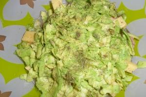 Салат слоеный с тунцом и авокадо