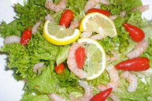 Салат с креветками с помидорной заправкой