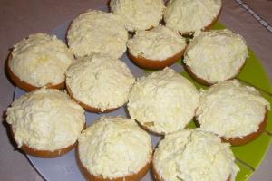 Салат-закуска с яйцом и сыром на гренках
