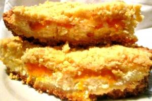 Насыпной пирог с творожно-персиковой начинкой