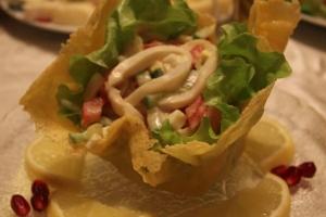 Сырные корзиночки с салатом из кальмаров