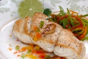 Рыба с помидорами и соусом из каперсов