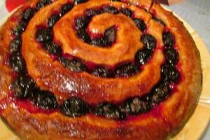 Сдобный пирог с маком и сливами