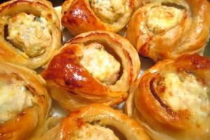 Закусочные пирожки с курицей и сыром