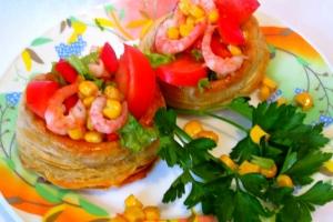 Салат с ветчиной, кукурузой и креветками