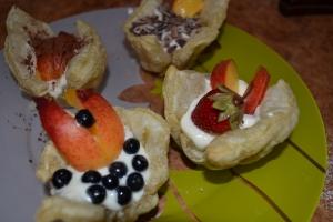 Слоеные корзинки с фруктами
