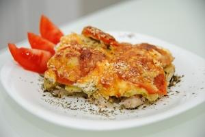 Куриное филе с кабачками, помидорами под сырной корочкой с кунжутом