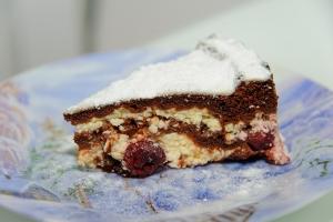 Шоколадный торт брауни с вишней и творогом