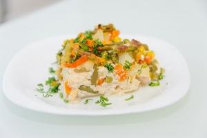 Куриное филе с овощами в сливочно-сырном соусе